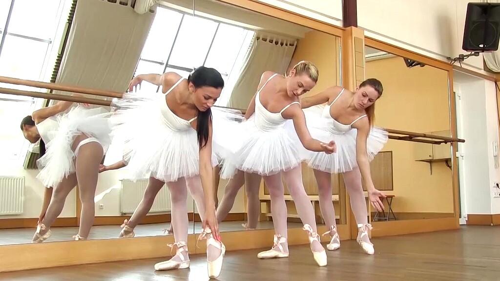 Маккрей отлизал у балерины грудастая блондинка